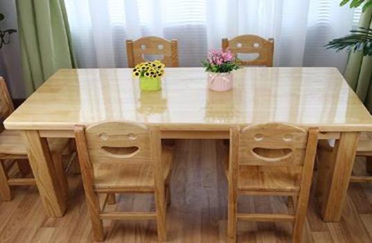 如何选择合适的幼儿园木制桌椅家具呢?