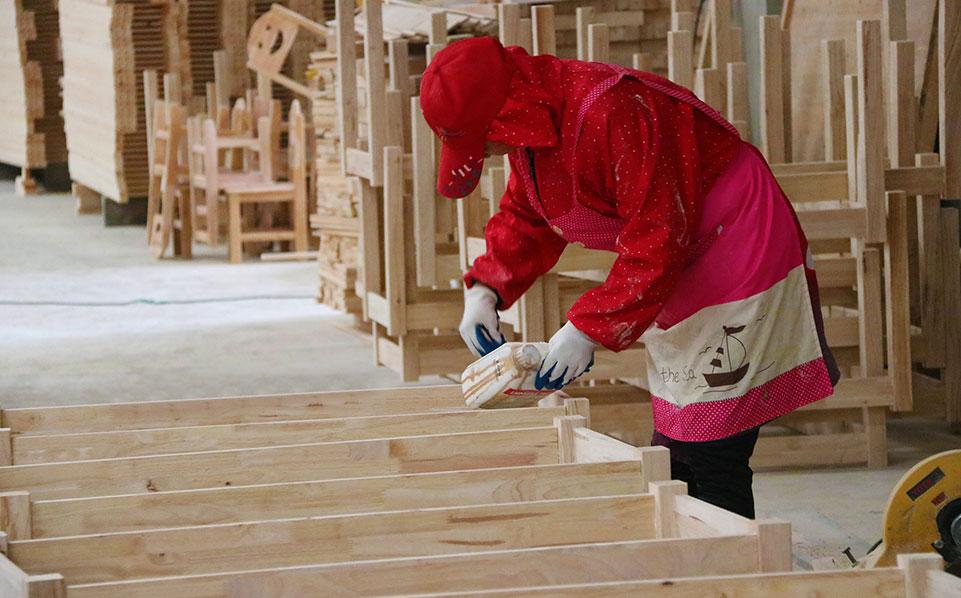 幼儿园实木家具施工现场